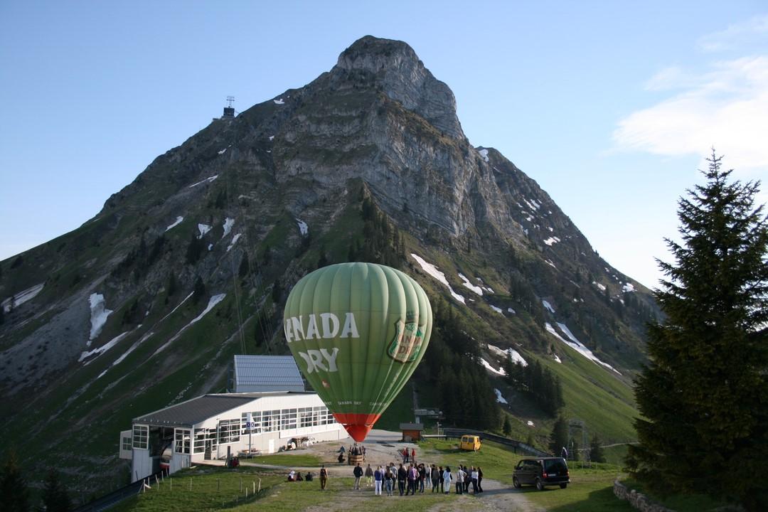 Vue d'une montgolfière captive devant le Moléson en Gruyère